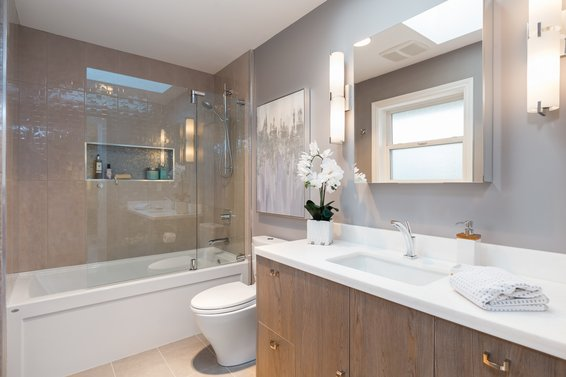 Bedroom Upper Level Ensuite - 998 Dempsey Road, North Vancouver