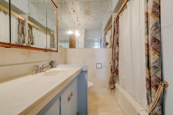 Bathroom - 459 East 16th Street, North Vancouver