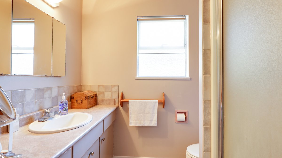 Master Ensuite - 926 East 29th Street, North Vancouver